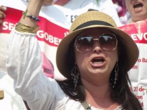 Brenda Rangel, de Fuerzas Unidas por Nuestros Desaparecidos en México, hablando en la manifestación realizada el 10 de mayo de 2013 en la capital del país. Crédito. Diana Cariboni/IPS